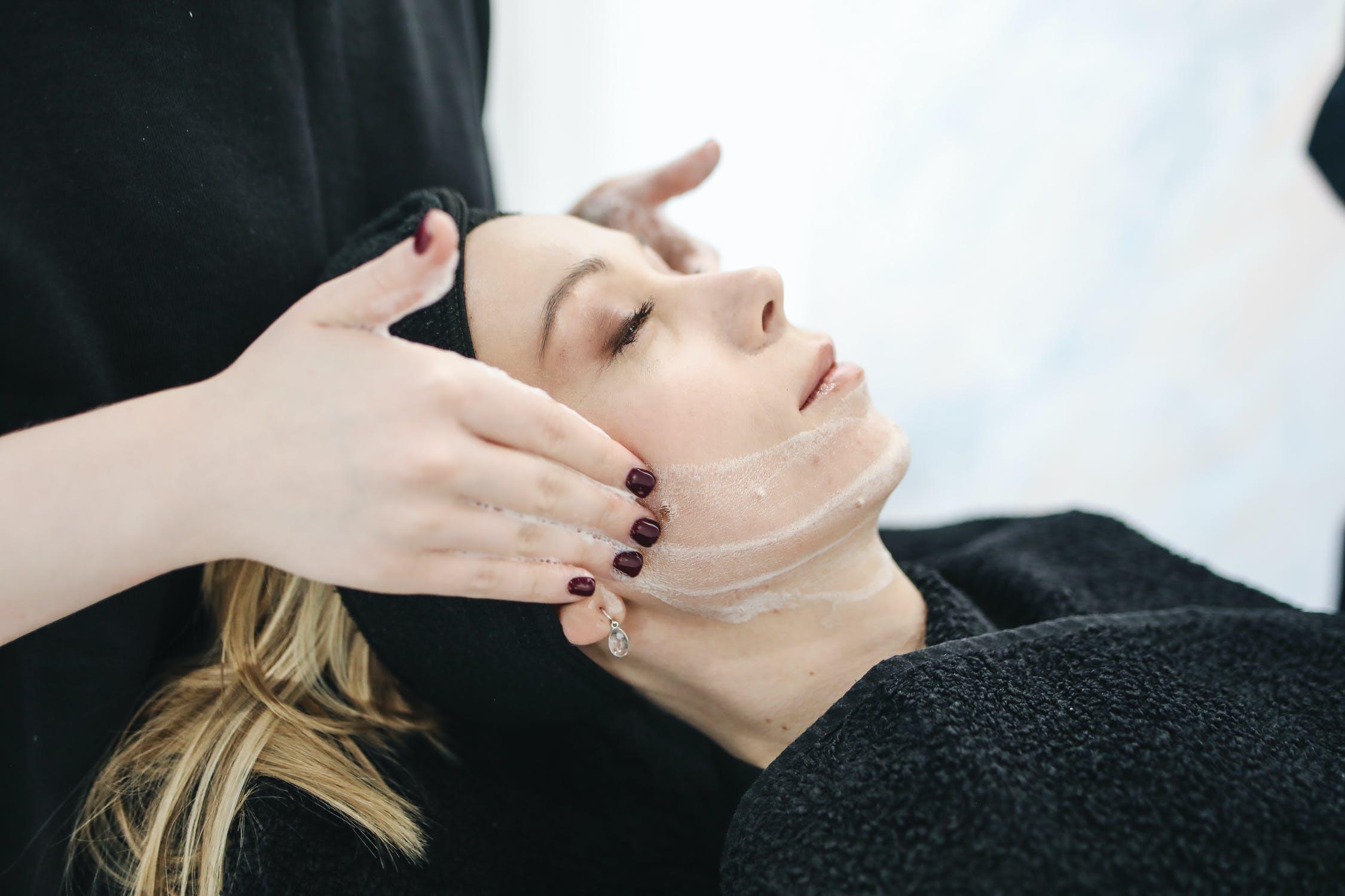Soin visage nettoyant en cabine Dermobeauty Esthétique dans le 13